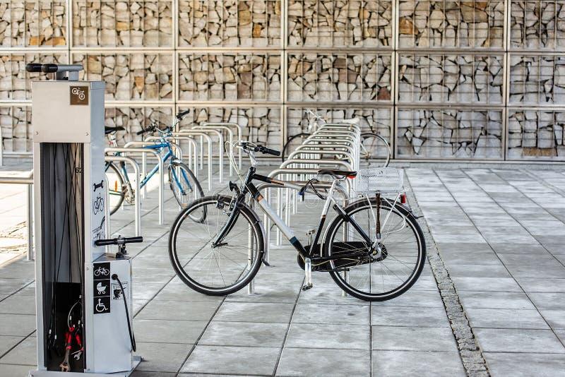 Parkeringsplats för cyklar Cykel i parkeringsplatsen, mycket tomma platser Cykeln kedjas fast till cykelkuggen arkivfoto