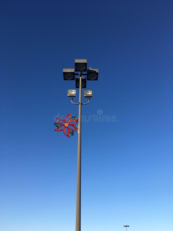 Parkeringsplatsbelysning med feriedekoren fotografering för bildbyråer
