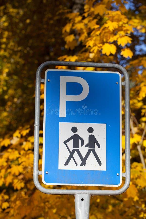 Parkeringstrafiktecken för fotvandrare royaltyfria foton