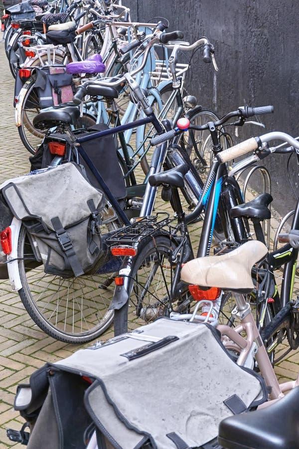 Parkfahrräder in den Niederlanden stockfotografie