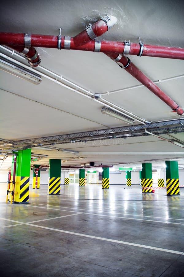 Parkhaus, unterirdisch Innenraum lizenzfreie stockbilder