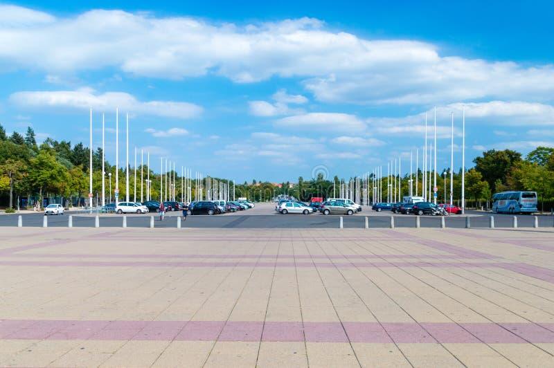 Parki del coche cerca del ` s Olympiastadion de Berlín imagen de archivo libre de regalías
