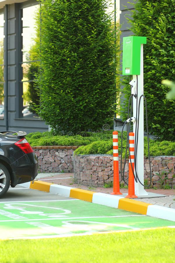 Parking avec la station de charge de voiture d'EV ou de voiture électrique Énergie de substitution qui respecte l'environnement photographie stock