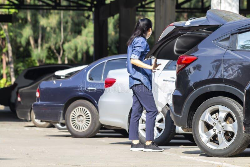 Parking d'une manière ordonnée à l'intérieur d'un parking extérieur avec la travailleuse active dans le dos image libre de droits