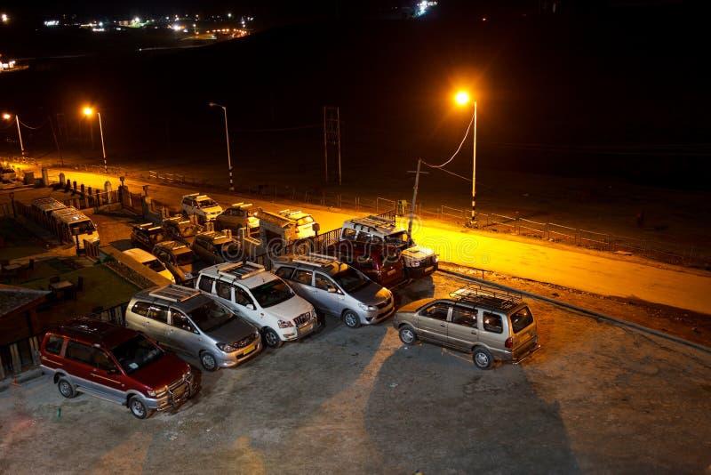 Parking de voiture d'hôtel de nuit images libres de droits