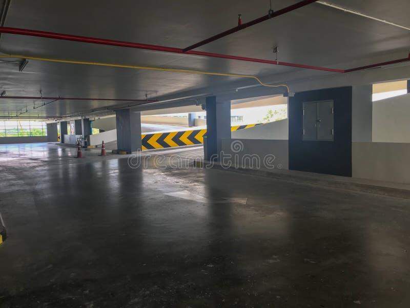 Parking de voiture et bâtiment vides de rampe images stock