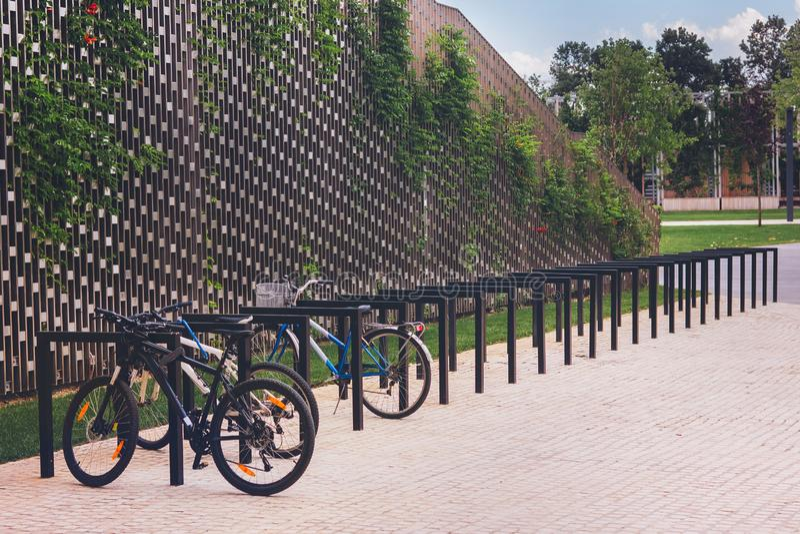 Parking dla bicykli/l?w w parku zdjęcie stock