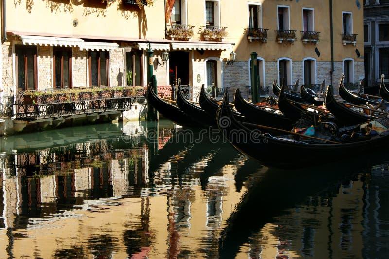 Parking gondole na kanale w Wenecja zdjęcia stock