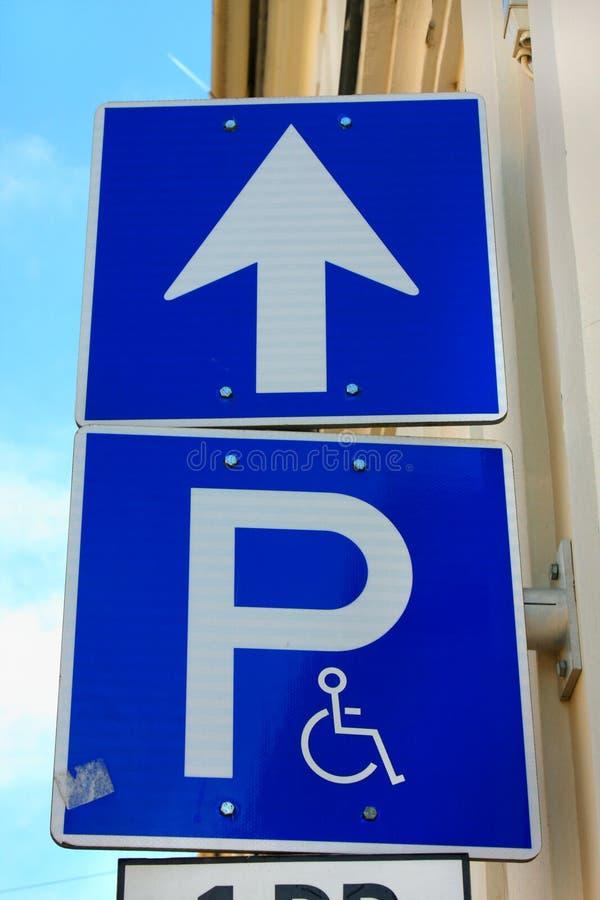 Parking miejsca znak dla niepełnosprawnych i nieważnych persons zdjęcia royalty free