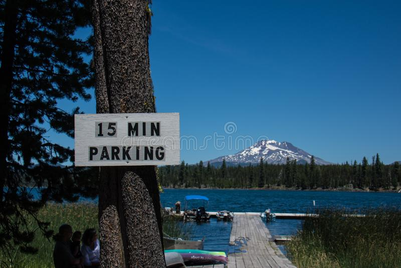 15 parking ograniczenia minutowy znak przy Oregons Lawa jeziorem Mt Kawaler w tle obraz royalty free