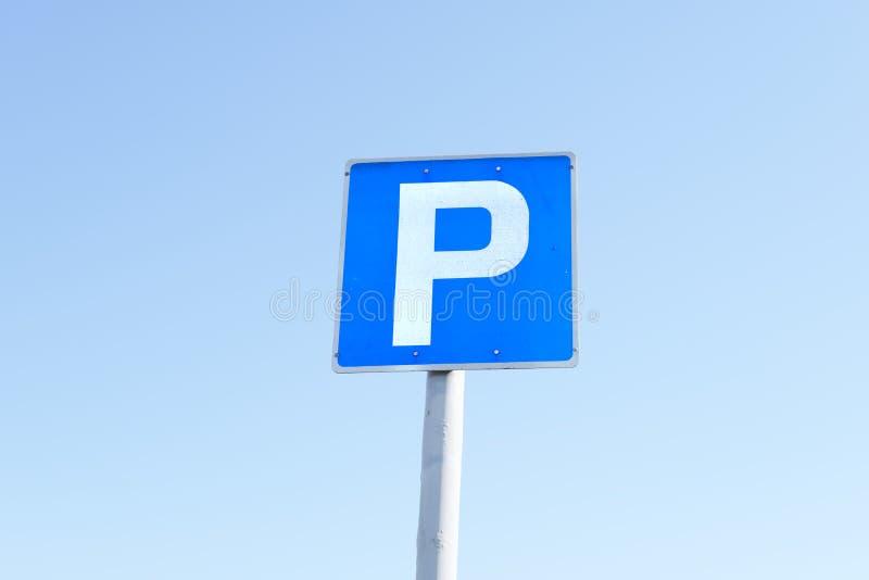 Parking P szyldowy błękitny biały kwadrat przeciw nieba tłu fotografia stock