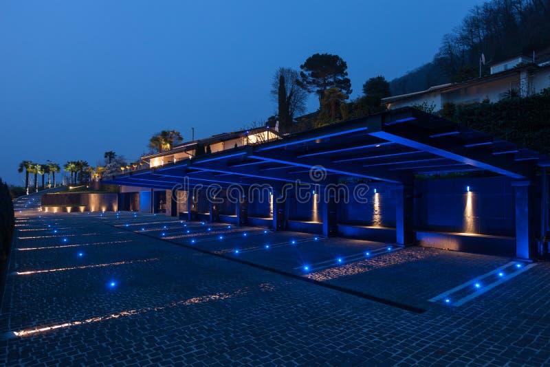 Parking privé moderne avec le toit lumineux, vide images libres de droits