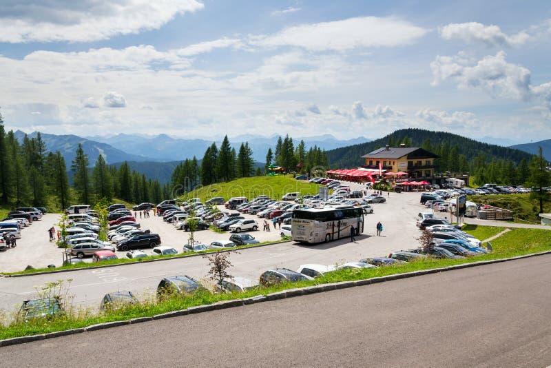 Parking przy Alps górami pod Dachstein lodowa Hunerkogel halnego wagonu kolei linowej niską stacją obrazy royalty free