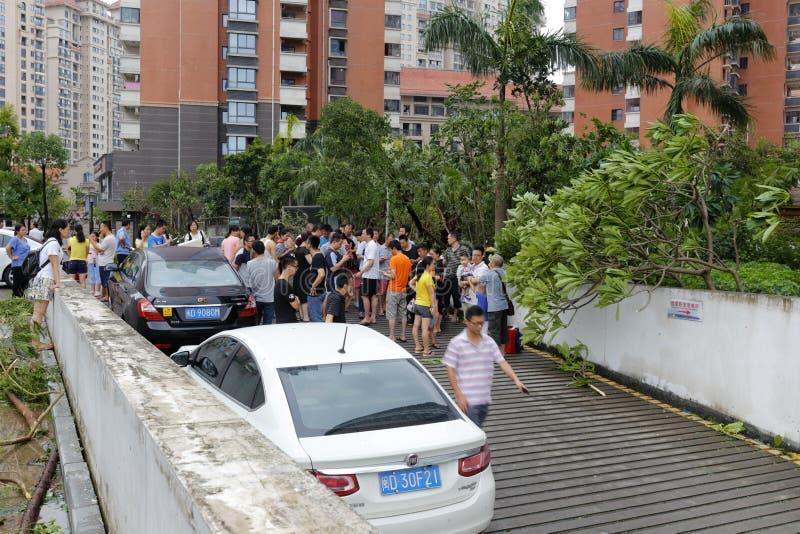 Parking souterrain inondé rassemblement de personnes à l'entrée photographie stock libre de droits