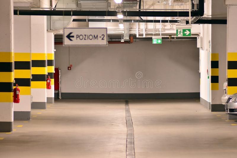 Parking subterr?neo de una construcci?n de viviendas moderna imagenes de archivo