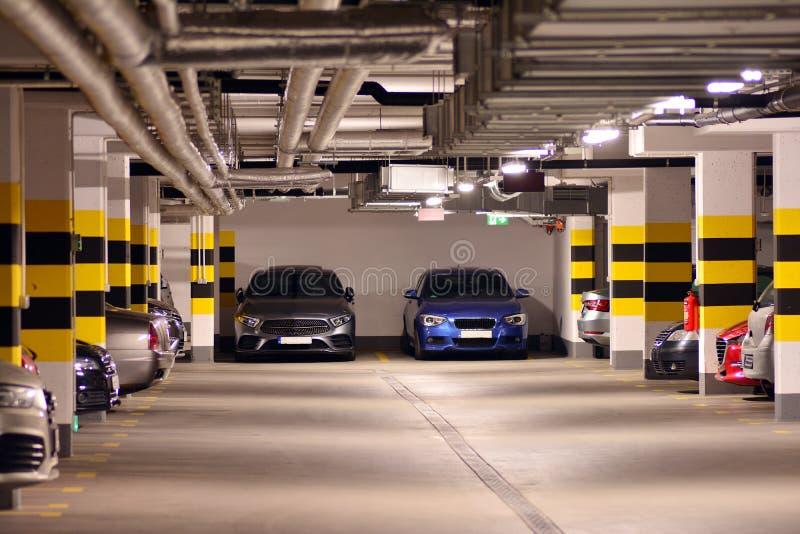 Parking subterr?neo de una construcci?n de viviendas moderna fotos de archivo libres de regalías