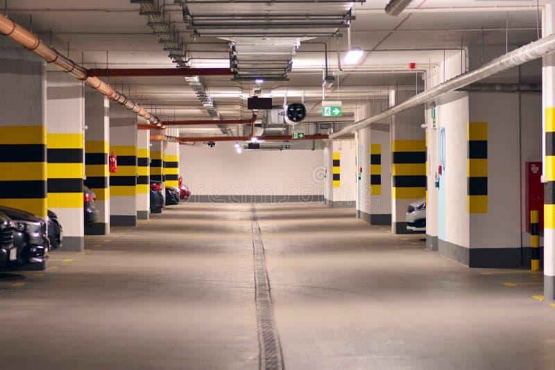 Parking subterr?neo de una construcci?n de viviendas moderna imágenes de archivo libres de regalías