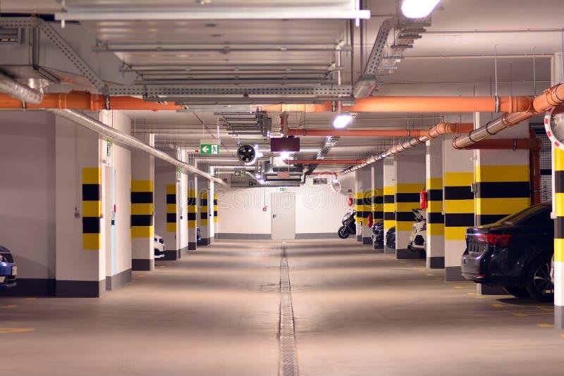 Parking subterr?neo de una construcci?n de viviendas moderna imagen de archivo libre de regalías