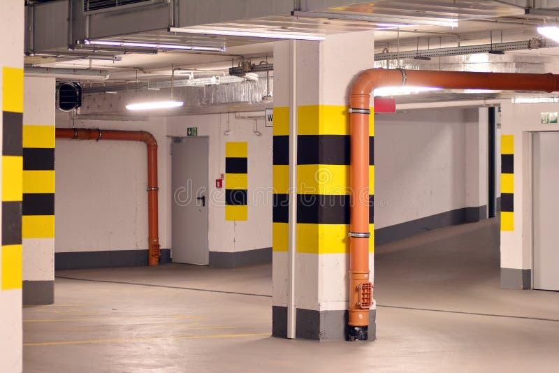 Parking subterr?neo de una construcci?n de viviendas moderna imagen de archivo