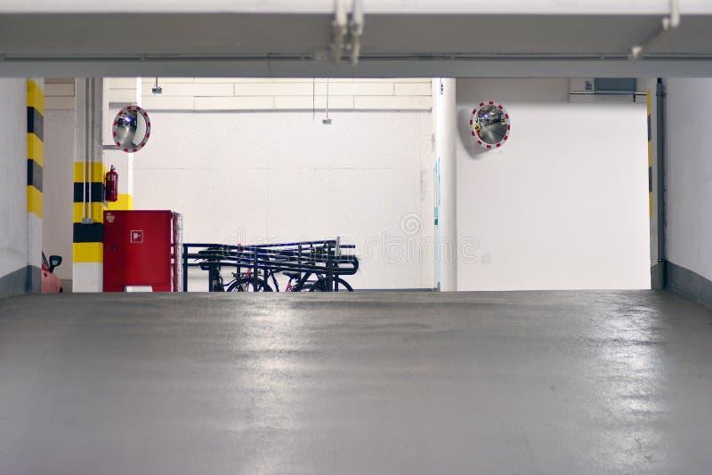 Parking subterr?neo de una construcci?n de viviendas moderna fotografía de archivo