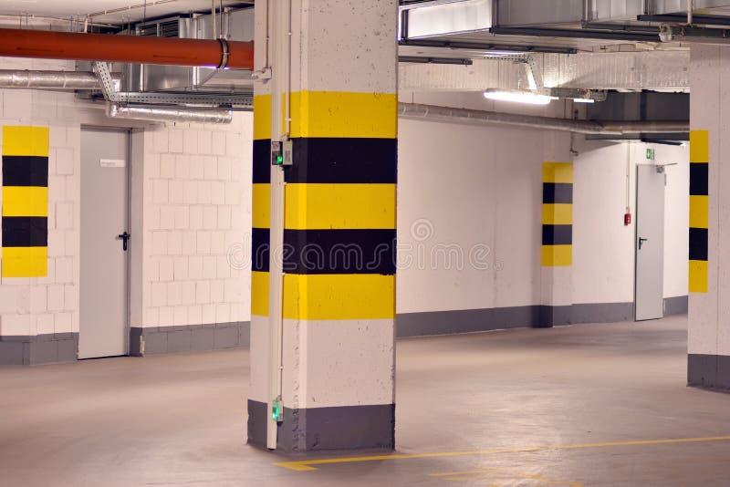 Parking subterr?neo de una construcci?n de viviendas moderna fotografía de archivo libre de regalías