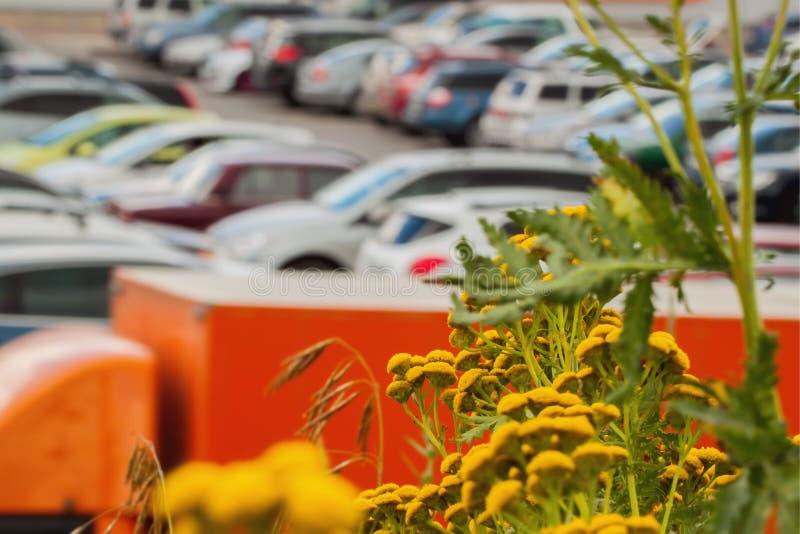 Parking trouble à côté de mail moderne Abrégé sur brouillé fond image libre de droits