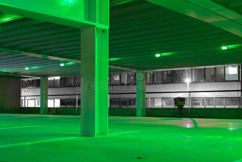 Parking vacío moderno en la noche fotos de archivo