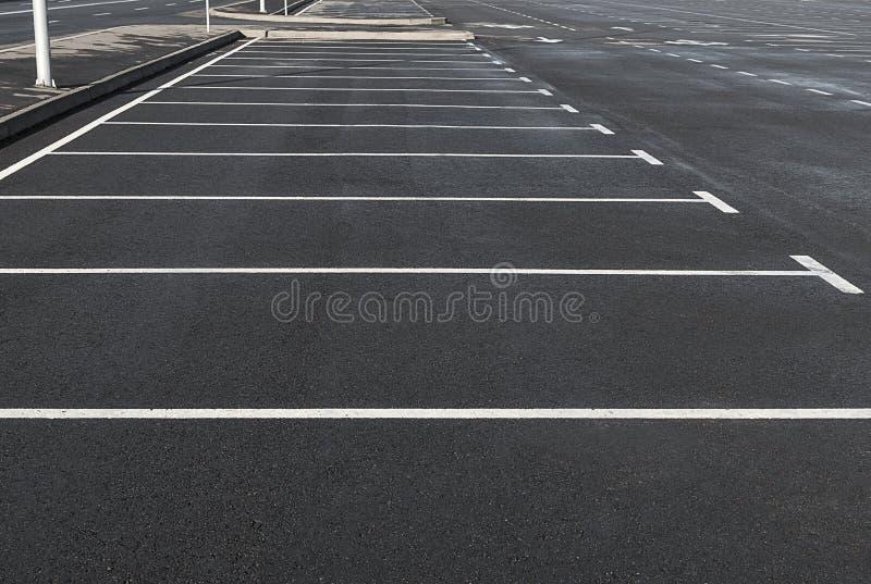 Parking vide extérieur avec des lignes d'inscription images libres de droits