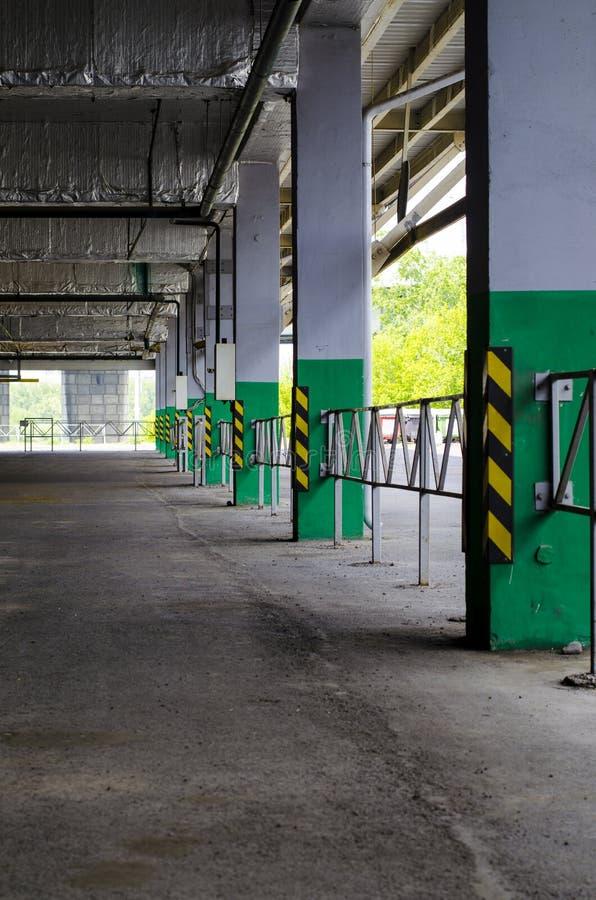 Parking w centrum handlowym Zakrywający podziemny parking dla samochodów obrazy royalty free