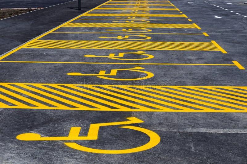 Parking z malującym koloru żółtego znakiem wózek inwalidzki obrazy royalty free