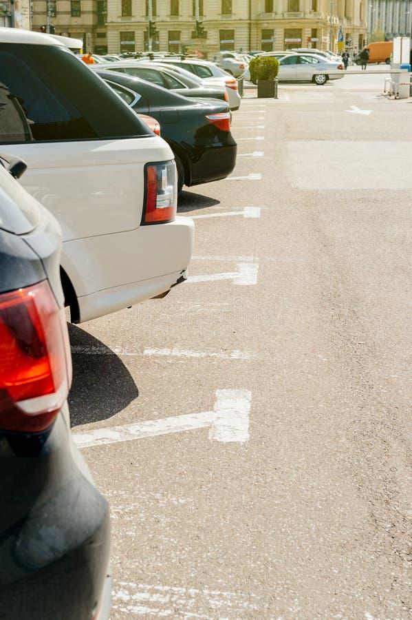 Parking z samochodami z rzędu zdjęcie stock
