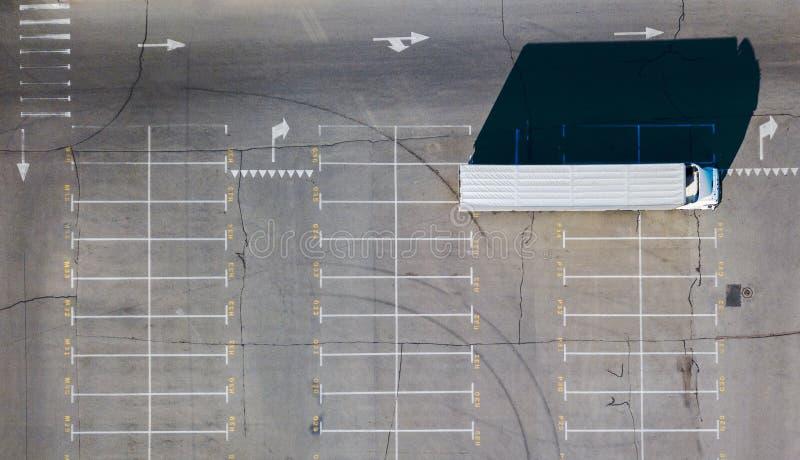 Parking, zaznacza miejsce do parkowania z długą ciężarówką i cienie od wszystkie przedmiotów lokalizować na nim na pogodnym letni obrazy royalty free