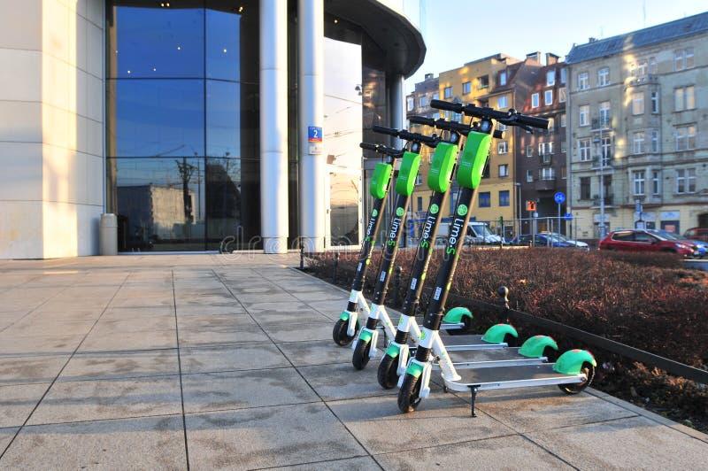 Parkkalke der elektrischen Roller 'auf Bürgersteig stockbilder