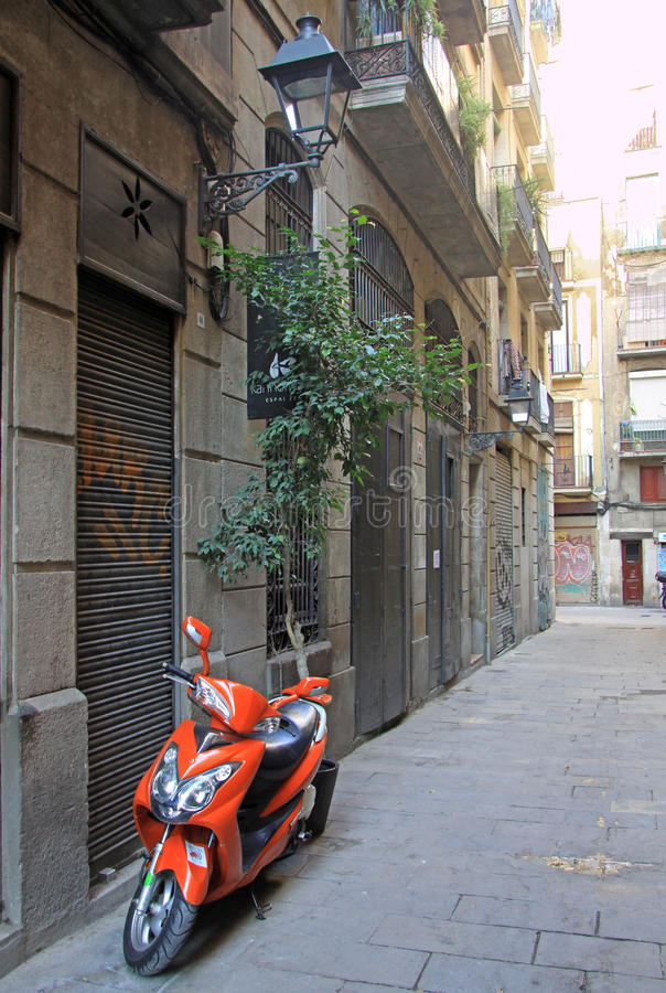 Parkmotorrad in der Straße in alter Stadt Ciutat Vella in Barcelona lizenzfreies stockfoto
