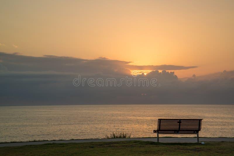 Parkowa ławka przy końcówką świat obraz royalty free