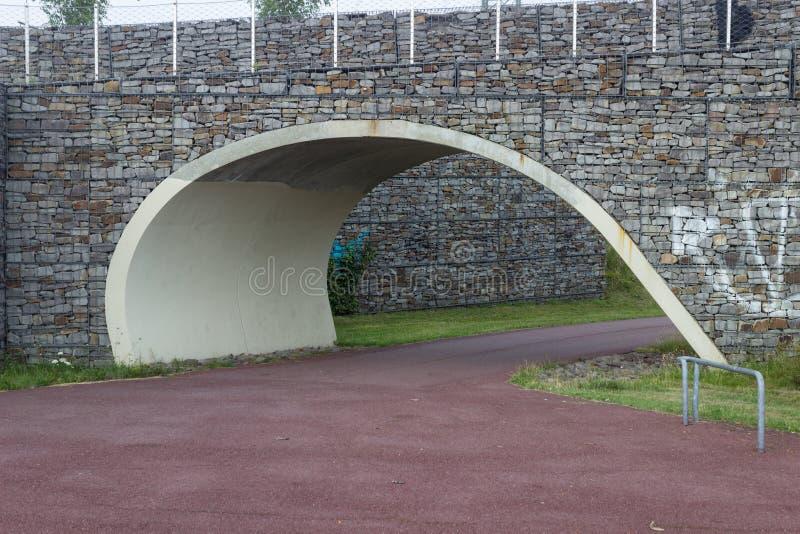 Parkowa ścieżka z mostem above obraz royalty free