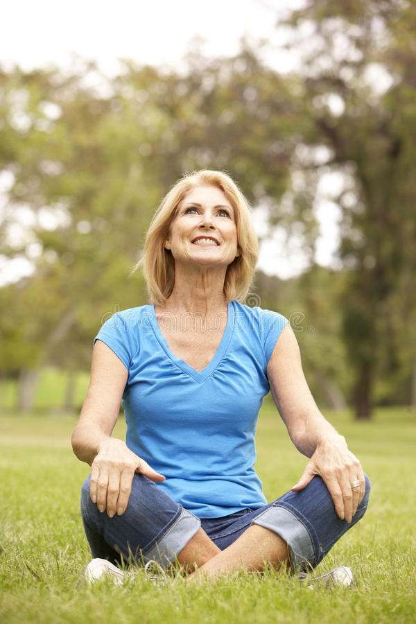 parkowa relaksująca starsza kobieta fotografia royalty free