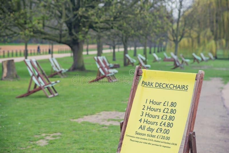 Parkowi pokładów krzesła w Hyde parku obraz royalty free