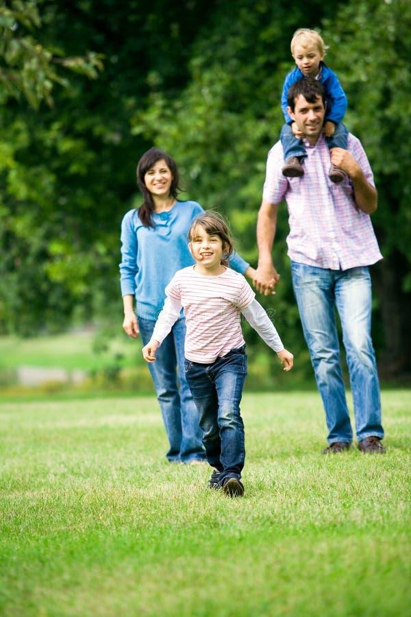 parkowi rodzin potomstwa zdjęcie stock