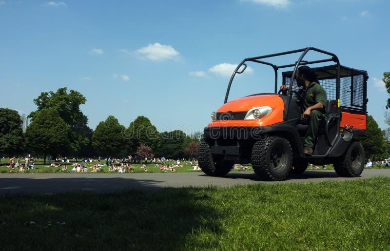 Parkowy leśniczy jedzie jego ciężarowego zdjęcia royalty free