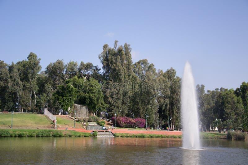 Parkowy położenie z nim jest siklawami i fontanną fotografia stock