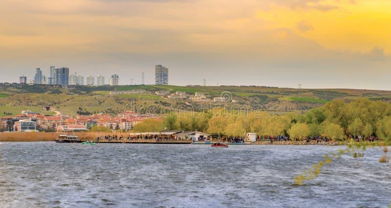 Parkowy pobliski jeziorny Mogan z Golbasi miastem Ankara, Turcja fotografia royalty free