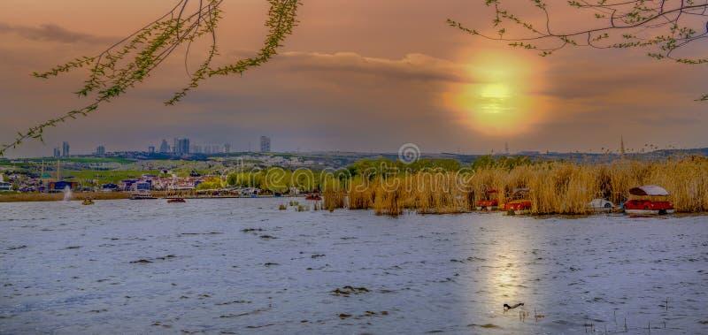 Parkowy pobliski jeziorny Mogan z Golbasi miastem w zmierzchu, Ankara, Turcja obraz stock