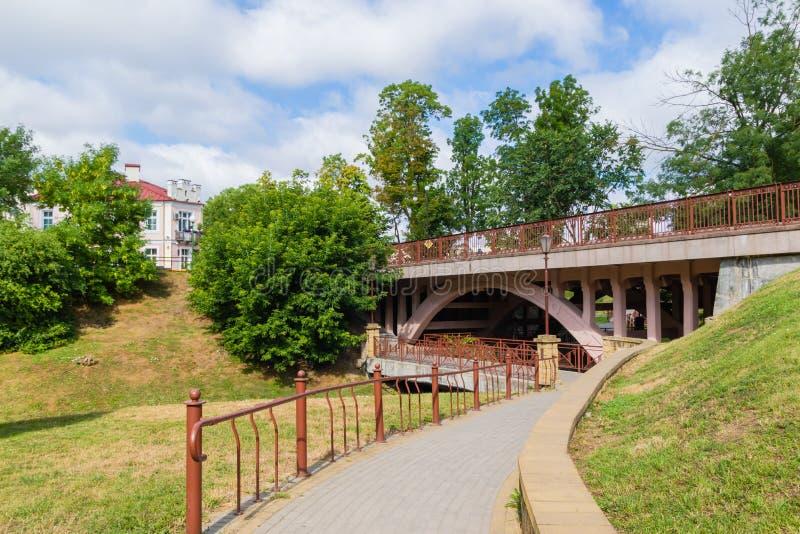 Parkowy przejście opuszcza pod mostem Grodno, Białoruś obrazy royalty free