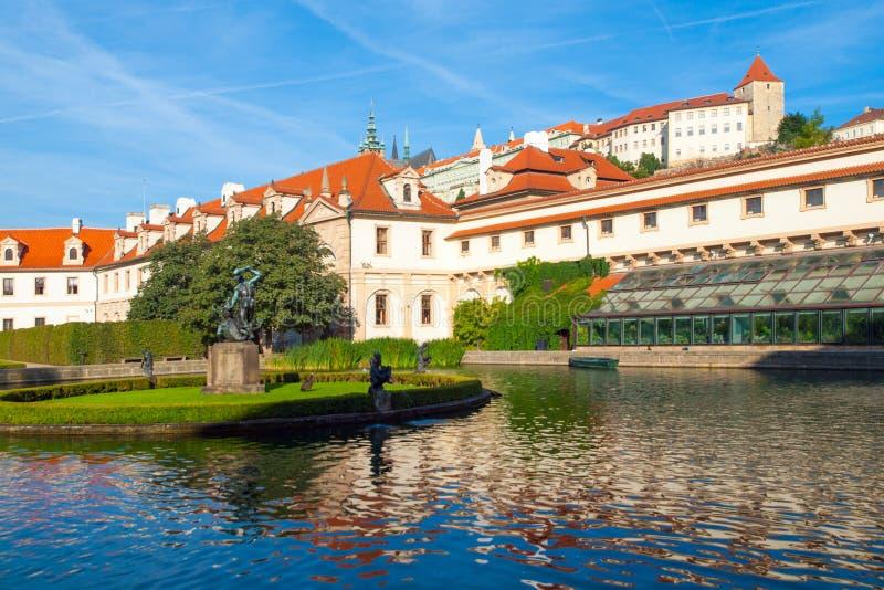 Parkowy staw w Wallenstein ogródzie pod Praga kasztelem, republika czech obrazy stock
