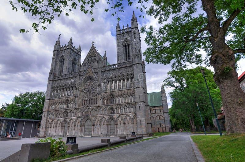 Parkowy widok dla Nidaros katedry w Trondheim fotografia royalty free