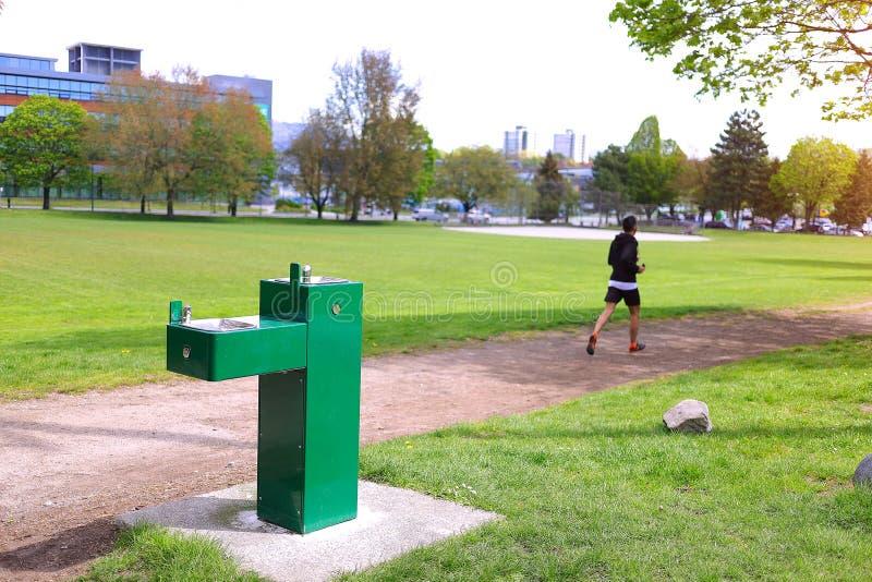Parkowy wodny klepnięcie Pije fontanna bieg mężczyzny obrazy stock