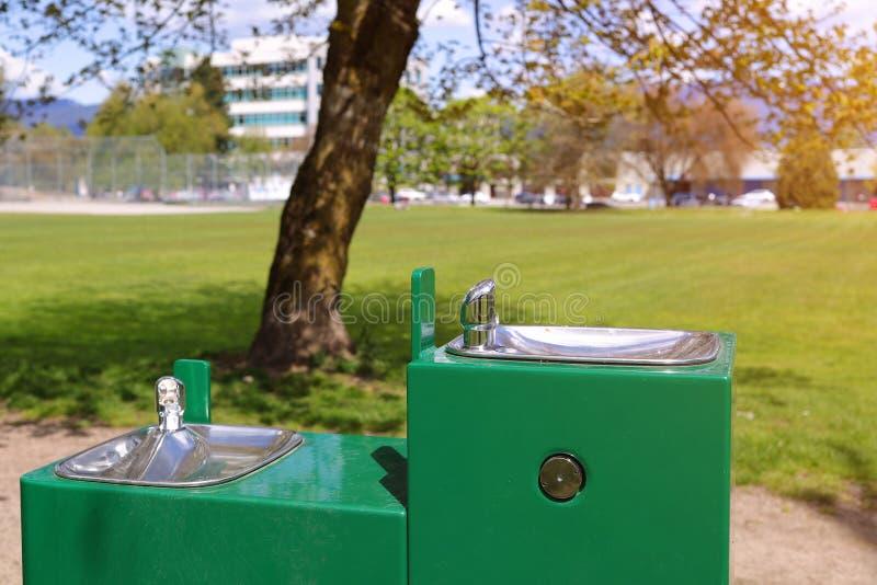 Parkowy wodny klepnięcie Pije fontanny miasto obrazy royalty free