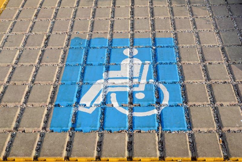 Parkplatz aufgehoben für behinderte Käufer in einem Kleinparkplatz stockfotos
