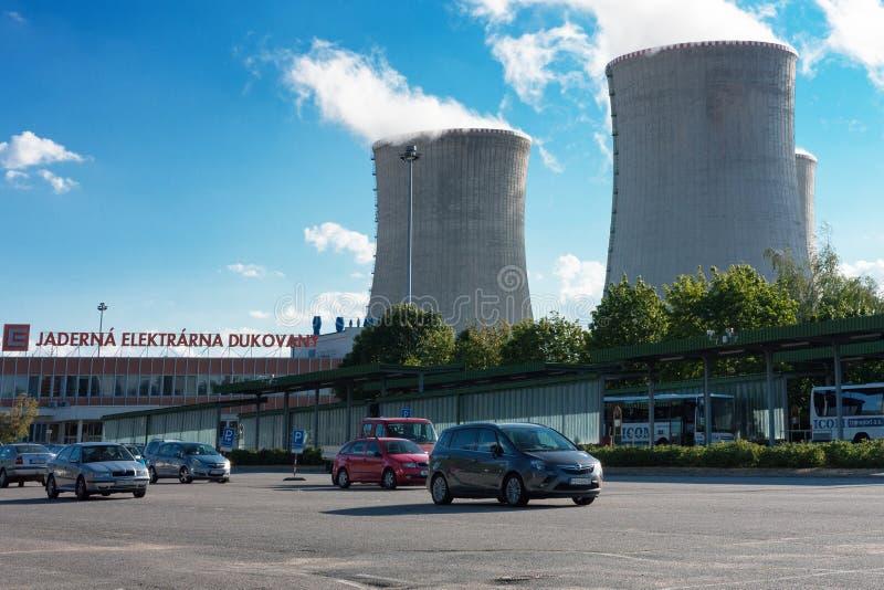 Parkplatz, bevor das Atomkraftwerk eingetragen ist stockfotografie